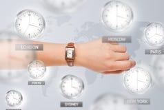 Relojes y zonas horarias sobre el concepto del mundo Foto de archivo libre de regalías