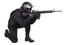 Relpolitieman in zwarte eenvormig Stock Foto's