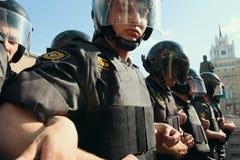 Relpolitiemannen tijdens protesten om het 31ste artikel van de Russische Grondwet te steunen stock afbeeldingen
