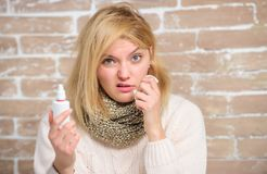 Remède d'écoulement nasal de pulvérisation nasale o Concept d'allergie Autoguidez la demande de règlement pertinent photographie stock libre de droits