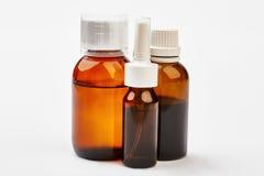 Remède liquide dans des bouteilles images libres de droits