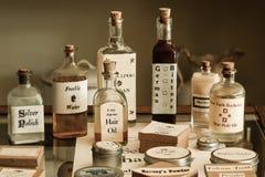 Remédios antiquados e produtos da farmácia fotografia de stock royalty free
