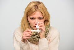 Remédios do frio e da gripe Conceito de alta temperatura Tome a temperatura e avalie sintomas Medida da temperatura A mulher sent fotografia de stock