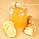 Remédios populares para frios mel, limão, raiz do gengibre Fotos de Stock Royalty Free