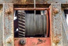 Rem för trådrep eller kabelrem på kranrullvalsen eller vinschrulle av kranen lyftande maskinen i tungt industriellt royaltyfri bild