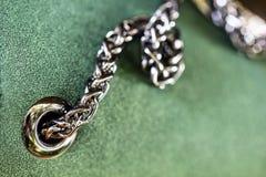 Remache y cadena brillantes del metal del cromo en el cuero verde hermoso fa Fotos de archivo