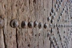 Remaches metálicos en puerta de madera antigua Imagen de archivo libre de regalías