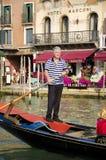 Remador tradicional da gôndola em Veneza, Itália Fotografia de Stock Royalty Free