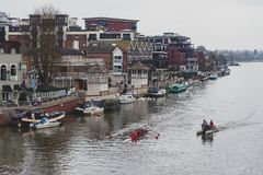 Remadores do treinamento de Kingston Rowing Club para a raça de barco da canoa no rio Tamisa, Kingston, Inglaterra Foto de Stock