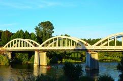 Remadores sob a ponte de Fairfield, rio de Waikato, Hamilton, Nova Zelândia Foto de Stock
