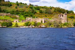 Remainings av den Urquhart slotten i fjorden Ness Scotland Arkivbilder