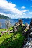 Remainings av den Urquhart slotten i Loch Ness i Skottland Royaltyfri Fotografi