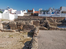 Remains da civilização romana perto das casas Fotos de Stock Royalty Free