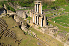 Remains do Amphitheatre romano em Volterra fotografia de stock