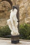 Remainsna av den forntida romerska skulpturen Arkivfoto