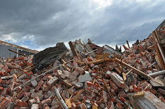 Remains av en byggnad som förstörs av ett jordskalv Royaltyfri Fotografi