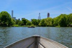 Remando ad un giorno soleggiato nel Central Park fotografia stock libera da diritti