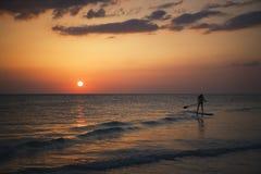 Remando al tramonto Fotografia Stock Libera da Diritti