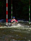 Remando a canoa em uma raça do slalom do whitewater Imagem de Stock Royalty Free