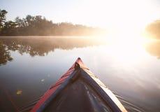 Remando a luz do nascer do sol do caiaque Imagem de Stock