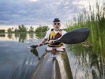 Remando o caiaque do mar em um lago Fotografia de Stock