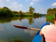 Remando su un fiume Fotografie Stock
