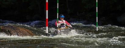 Remando uma canoa em uma raça do slalom do whitewater Fotografia de Stock