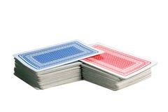 Remaniement des paquets rouges et bleus des cartes de jeu Photographie stock libre de droits