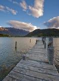Remarkables выступает увидено от берега озера Wakatipu, Queenstown Стоковое Изображение RF