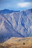 Дом на горе с фоном Remarkables, Новой Зеландии стоковые изображения rf