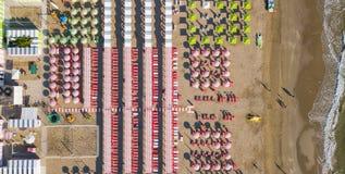 Remate abajo de la opinión aérea del abejón de los paraguas y de los gazebos en las playas arenosas italianas Riccione, Italia Co Imagenes de archivo