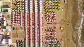 Remate abajo de la opinión aérea del abejón de los paraguas y de los gazebos en las playas arenosas italianas Riccione, Italia Co Fotografía de archivo libre de regalías