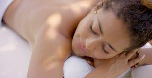 Remate abajo de la opinión la mujer en la tabla del masaje Fotos de archivo