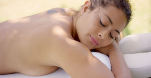 Remate abajo de la opinión la mujer en la tabla del masaje Imagen de archivo