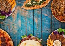 Remate abajo de la opinión sobre comidas turcas tradicionales en la tabla de madera del vintage imagen de archivo libre de regalías