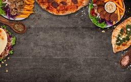 Remate abajo de la opinión sobre comidas turcas tradicionales en la tabla de piedra negra foto de archivo