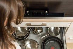 Remate abajo de la opinión sobre la cocina moderna con el cajón abierto debajo de la estufa Foto de archivo