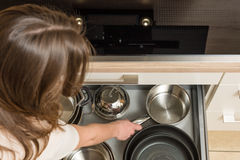 Remate abajo de la opinión sobre la cocina moderna con el cajón abierto debajo de la estufa Fotografía de archivo