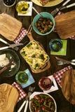 Remate abajo de la opinión sobre plato y aceitunas cocidos de las pastas Fotos de archivo