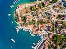 Remate abajo de la vista aérea de la bahía que navega de Fiskardo Cephalonia Fotografía de archivo libre de regalías