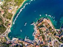 Remate abajo de la vista aérea de la bahía que navega de Fiskardo Cephalonia Fotos de archivo