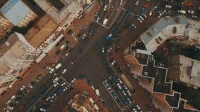 Remate abajo de la vista aérea de la intersección con muchos coches almacen de video