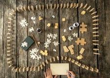 Remate abajo de la vista de dominós y desconcierte los pedazos Imagenes de archivo