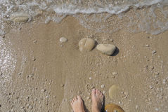 Remate abajo de la vista de los pies que esperan una onda Fotos de archivo libres de regalías