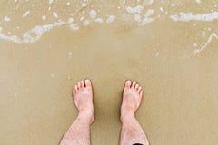 Remate abajo de la vista de pies en la playa Foto de archivo libre de regalías