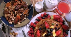 Remate abajo de vista de un desayuno de crepes con las bayas y las frutas Fotografía de archivo