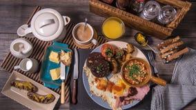 Remate abajo de vista de un desayuno inglés cocinado Fotos de archivo libres de regalías