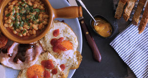 Remate abajo de vista de un desayuno inglés por completo cocinado Imagen de archivo libre de regalías