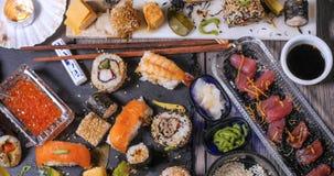 Remate abajo de vista de un surtido de comida japonesa: el sushi, nigiri, sashimi, rueda Imagen de archivo