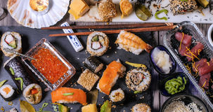 Remate abajo de vista de un surtido de comida japonesa: sushi, nigiri, sashimi Fotografía de archivo